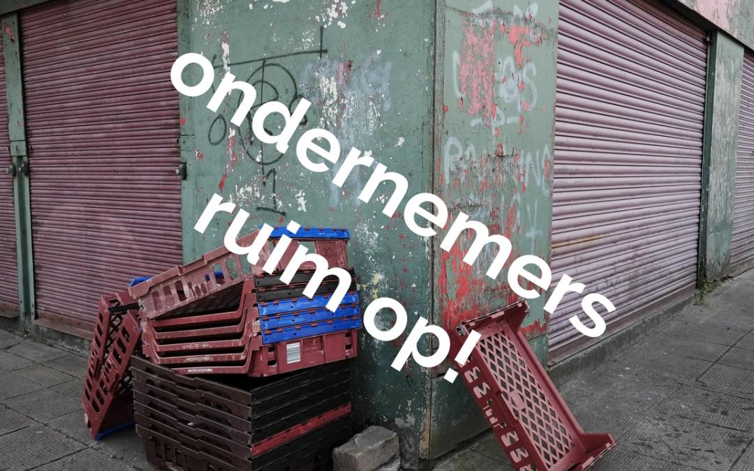 """Foto van rommel met de tekst """"Ondernemers ruim op!""""."""